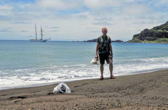 El investigador de la NASA, Dan Slayback, de pie en la playa de Hunga Tonga-Hunga Ha'apai sorprendido al encontrar vegetación floreciente y aves junto a un barro que no se sabe de dónde viene. (NASA)