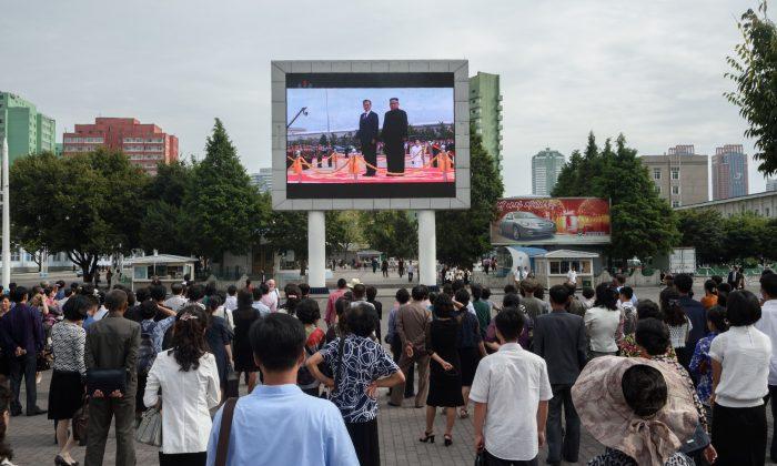 Espectadores ven en una pantalla de televisión pública en Pyongyang, el 19 de septiembre de 2018, con imágenes de una reunión cumbre entre el líder de Corea del Norte, Kim Jong Un, y el presidente de Corea del Sur, Moon Jae-in. (Kim Won Jin/AFP/Getty Images)