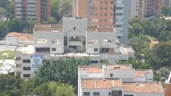 Observan un fantasma en una de las ventanas del edifio Mónaco de Medellín, Colombia, antes de ser demolido. (Captura de vídeo)