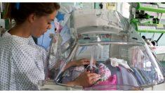 """Una mamá agradece a las enfermeras por ayudarla a """"ver el milagro de la vida"""" de sus trillizos prematuros"""