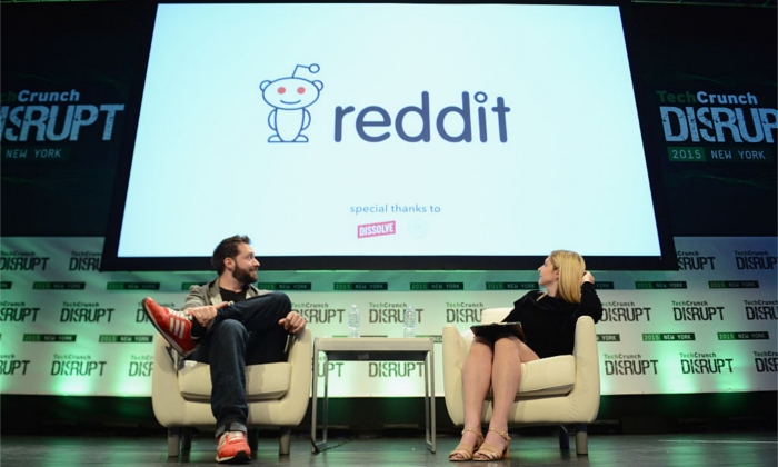 Cofundador y presidente ejecutivo de Reddit, y socio de Y Combinator, Alexis Ohanian (Izq.) y coeditora de TechCrunch, Alexia Tsotsis, en el escenario del TechCrunch Disrupt NY 2015 en la ciudad de Nueva York, el 6 de mayo de 2015. (Foto de Noam Galai/Getty Images para TechCrunch)