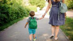 El corazón de una madre explota cuando ve la foto de su hija cuidando a su hermanito en la escuela