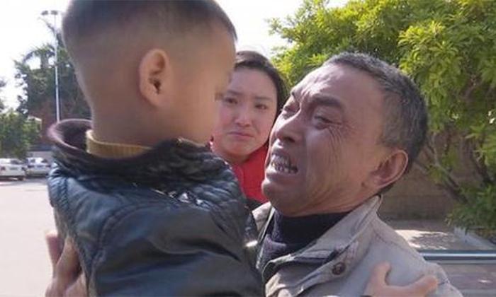 Feng viendo a su nieto por primera vez en más de un año, después de que la policía lo encontrara. (Beijing Youth Daily/weibo.com)