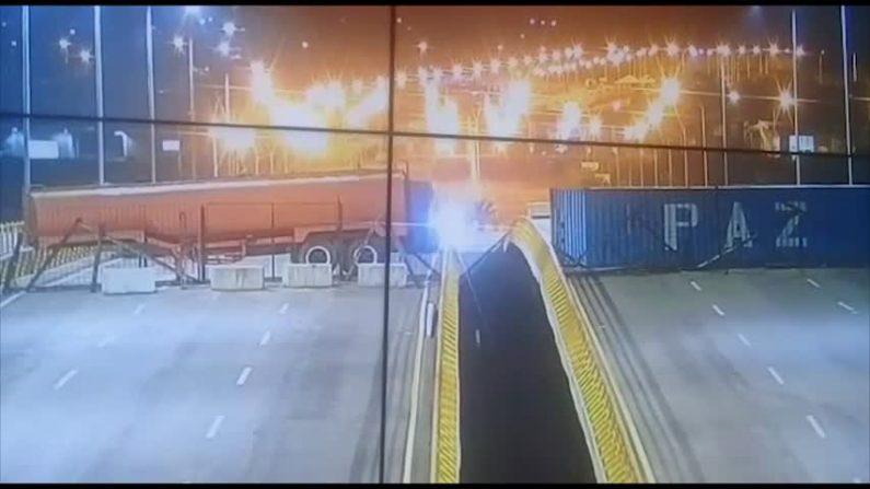 Maduro ordenó soldar contenedores al puente de Tienditas. (Captura video)