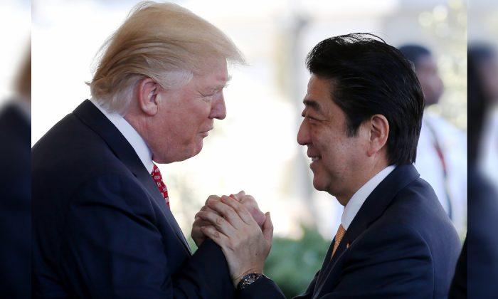 El presidente Donald Trump (izq.) saluda al primer ministro japonés Shinzo Abe cuando llega a la Casa Blanca el 10 de febrero de 2017 en Washington, DC. (Mario Tama/Getty Images)