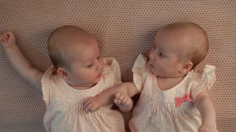 Bebés gemelos acostados juntos. (Pixabay vía MGN Online)