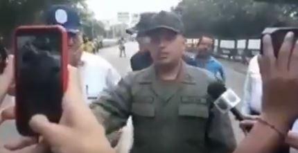 Guardia venezolano pide a sus excompañeros que se unan para dar paso a la ayuda humanitaria. (Captuta de vídeo)