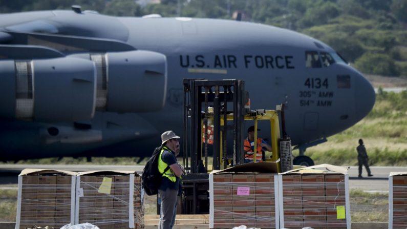 La ayuda alimentaria y médica para Venezuela se descarga de un avión C-17 de la Fuerza Aérea de EE. UU. en el Aeropuerto Internacional Camilo Daza en Cúcuta, Colombia, en la frontera con Venezuela, el 16 de febrero de 2019. (Raúl Arboleda/AFP/Getty Images)