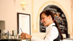 Empleada de restaurante hace algo increíble por un hombre discapacitado y se lleva todos los aplausos