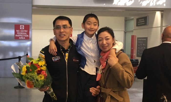 Yu Ming se reunió con su esposa Ma Li y su hijo Zhengzheng en el aeropuerto de San Francisco, el 27 de enero. (Dong Wei/Sonido de la Esperanza)