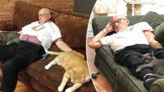 Abuelo rescata gatos y recaudó 40.000 dólares para salvarlos de la eutanasia. ¡Ama dormir con ellos!