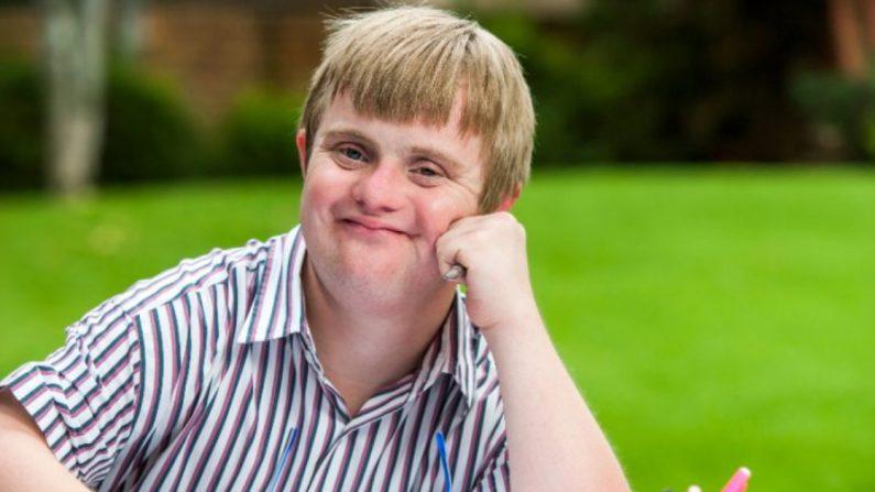 Joven con síndrome de Down da un ejemplo de amor hacia su sobrina, ¡el más puro que puedas imaginar!