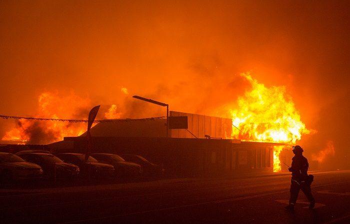 """La compañía eléctrica PG&E, la más grande del estado de California, admitió hoy ser la causa """"probable"""" del incendio más mortífero de la historia del estado, que el año pasado causó la muerte de 85 personas al arrasar en su totalidad un pueblo de 26.000 habitantes. EFE/ Peter Dasilva"""