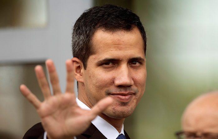 """El líder de la Asamblea Nacional venezolana, Juan Guaidó, quien se adjudicó la presidencia interina de ese país, fue recibido este sábado por el mandatario de Ecuador, Lenín Moreno, y afirmó que en su gira por la región no solo busca """"ayuda"""", sino """"democracia y libertad"""" para Venezuela. EFE/Joédson Alves"""