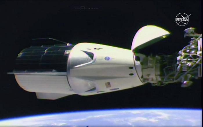 La cápsula no tripulada de SpaceX, cuyo objetivo es probar el envío de vuelos comerciales espaciales con personas, se ha acoplado hoy con éxito a la Estación Espacial Internacional (EEI), confirmó la NASA. EFE/EPA/NASA TV/HANDOUT