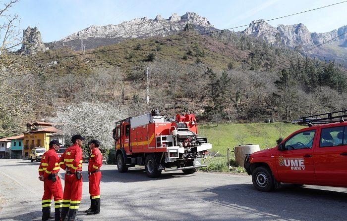 Los vientos fuertes del sur y suroeste que se esperan en el extremo norte peninsular amenazan con dificultar las tareas de extinción de los casi 60 fuegos que aún permanecen activos en Asturias y Cantabria, la mayoría provocados. EFE