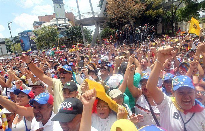 """El líder opositor Juan Guaidó, reconocido como presidente interino de Venezuela por 50 gobiernos, fue recibido este lunes por miles de simpatizantes en Caracas tras una gira por Suramérica de la que regresó con el objetivo de redoblar acciones contra """"la dictadura"""" de Nicolás Maduro. EFE/Raúl Martínez"""