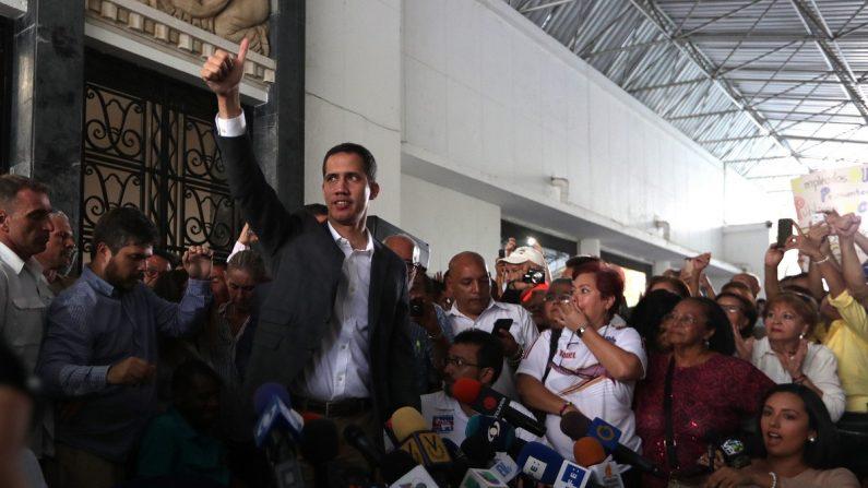 Juan Guaidó habla durante una rueda de prensa luego de una reunión con sindicatos y empleados del sector público para tomar nuevas acciones en el cese de la usurpación de Nicolás Maduro, en la sede del Colegio de Ingenieros de Caracas (Venezuela). EFE