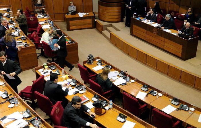 La Cámara Baja se suma así, en su primer día de sesión tras el parón estival, a la posición oficial del Ejecutivo de Paraguay de apoyo a Guaidó y de ruptura con el Gobierno de Maduro.  EFE/Andrés Cristaldo
