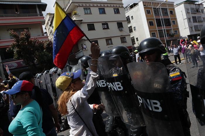 Marcha de Juan Guaidó avanza a pesar de ataques con gases lacrimógenos