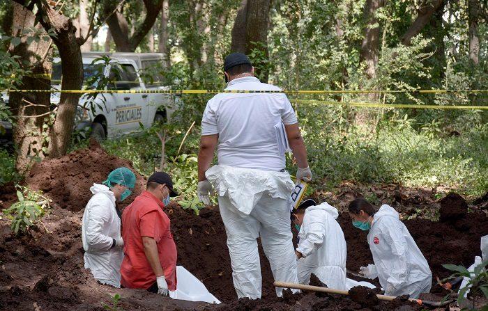 Familiares de personas desparecidas continúan en búsqueda de restos en el municipio de Navolato, en el estado de Sinaloa (Mèxico). EFE/Juan Carlos Cruz