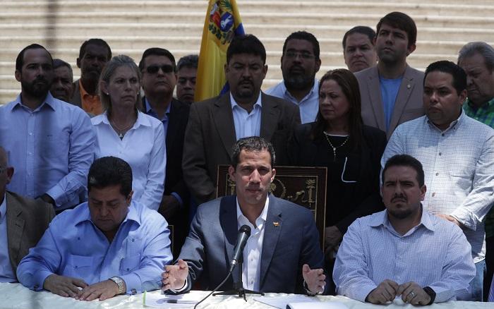 El presidente encargado, Juan Guaidó (c), habla durante una rueda de prensa este domingo en el Palacio Federal Legislativo, sede de la Asamblea Nacional, en Caracas (Venezuela). EFE/Rayner Peña