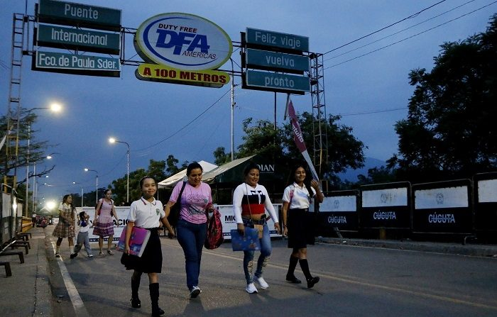 Centenares de escolares venezolanos llegaron este lunes a la ciudad colombiana de Cúcuta para retomar sus clases después de que las autoridades del país vecino habilitaran un paso por el puente fronterizo Francisco de Paula Santander para estudiantes y personas que requieren atención médica. EFE/Schneyder Mendoza