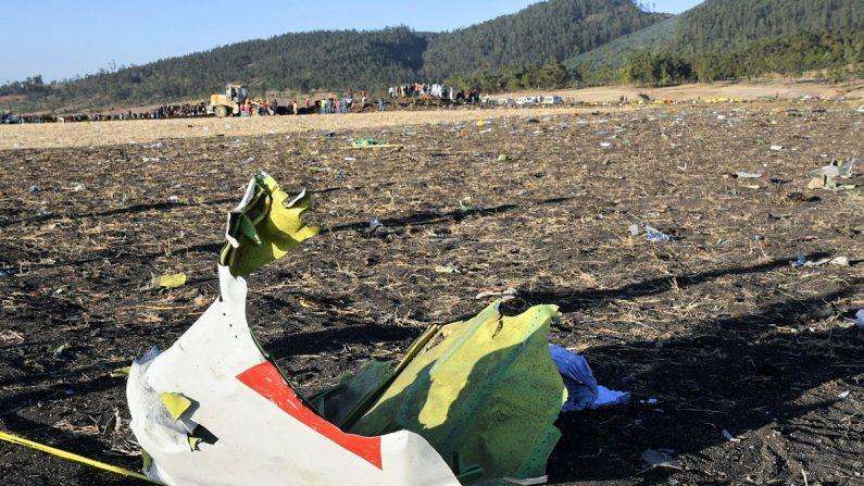 Restos del avión Boeing 737 de Ethiopian Airlines que se estrelló y causó la muerte de 157 personas de 35 nacionalidades en Etiopía. EFE