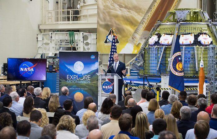 """El administrador de la NASA, Jim Bridenstine, afirmó este lunes que el regreso a la Luna forma parte de un plan """"sostenible"""" que convertirá este satélite en una base de """"pruebas"""" para un ambicioso proyecto: organizar la primera misión tripulada a Marte y descubrir vida en otros planetas. EFE/Aubrey Gemignani/NASA"""