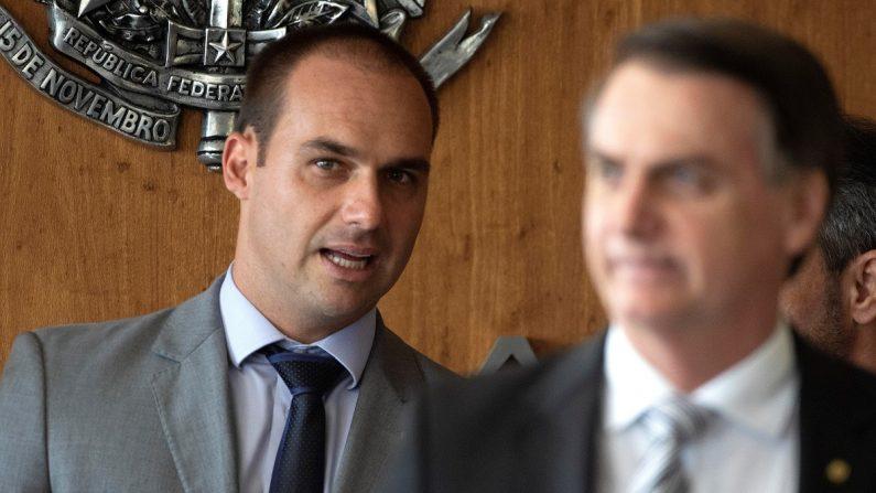 El diputado Eduardo Bolsonaro (i), hijo del presidente electo de Brasil, Jair Bolsonaro (d), escucha a su padre durante una rueda de prensa en el Tribunal Superior de Justicia, el 7 de noviembre de 2018, en Brasilia (Brasil). EFE/Joédson Alves