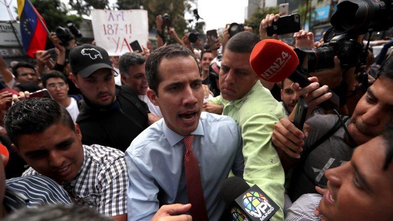 El jefe del Parlamento de Venezuela, Juan Guaidó (c), habla con la prensa en medio de decenas de sus simpatizantes durante una manifestación en el Parque Cristal, en Caracas (Venezuela).  EFE/Rayner Peña
