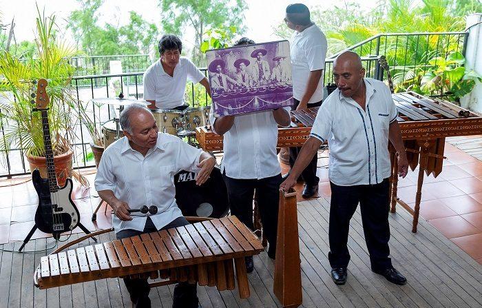 Integrantes de la familia Nandayapa tocan la marimba este 16 de marzo de 2019, en el municipio de Chapa de Corzo, estado de Chiapas (México). La familia Nandayapa continúa el legado de elaborar marimbas de forma artesanal desde 1917; es la tercera generación de cuatro hermanos que sigue la tradición de construir este instrumento distintivo del suroriental estado mexicano de Chiapas. EFE/Moysés Zúñiga