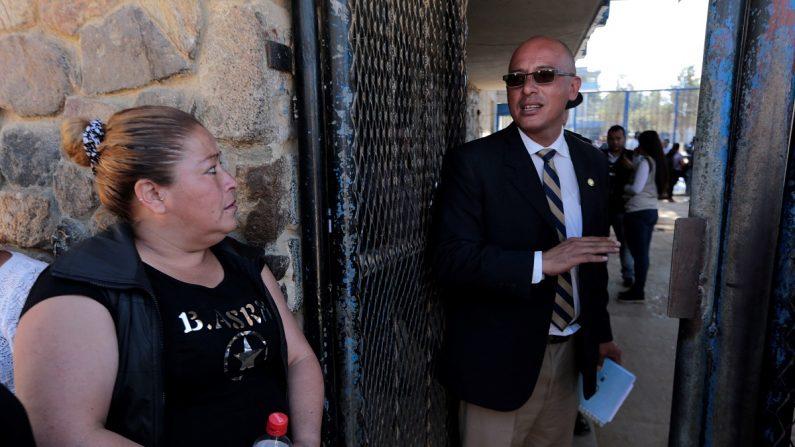 En la imagen, el portavoz del Sistema Penitenciario, Rudy Esquivel (d). EFE/Archivo