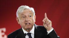 López Obrador firma compromiso de no buscar una reelección como presidente de México
