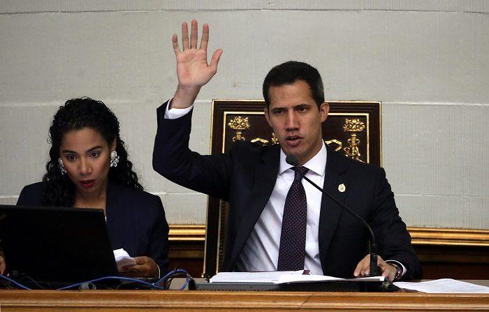 El Parlamento venezolano, aprobó este martes un acuerdo para que los militares que desconozcan al dictador, Nicolás Maduro, sean reincorporados a la Fuerza Armada respetando sus derechos, grado y condecoraciones. EFE/ Rayner Peña