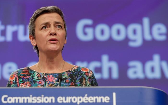 La comisaria europea para la Competencia, Margrethe Vestager, da una rueda de prensa este miércoles en Bruselas (Bélgica) para anunciar que la Comisión Europea (CE) ha impuesto una multa de 1.490 millones de euros a Google por abusar de su posición de dominio en el mercado de la publicidad en línea a través de su servicio AdSense for Search. EFE