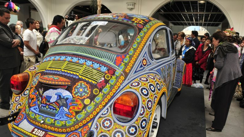 Un automóvil Volskwagen escarabajo, que dos familias de indígenas mexicanos de la etnia huichol transformaron en una obra de arte. EFE/Sáshenka Gutiérrez