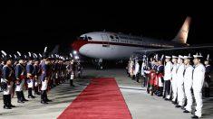 Reyes de España no podían bajar de su avión porque aeropuerto argentino no encontraba una escalera