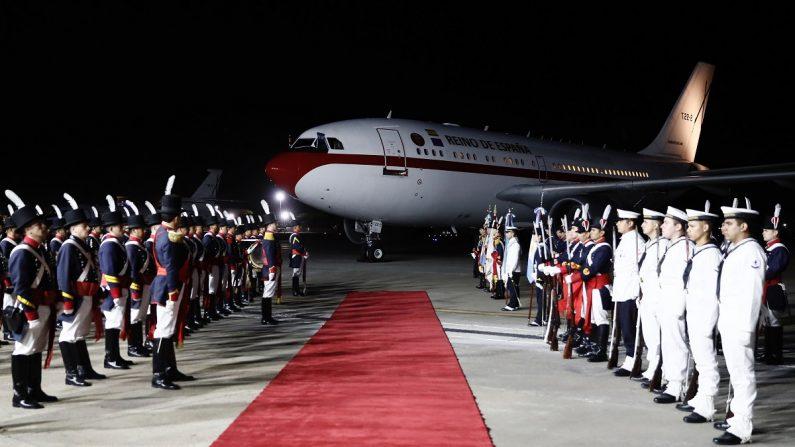 Una guardia de honor se forma frente al avión de los reyes de España a su llegada el 24 de marzo de 2019 a Buenos Aires (Argentina). EFE/ Mariscal