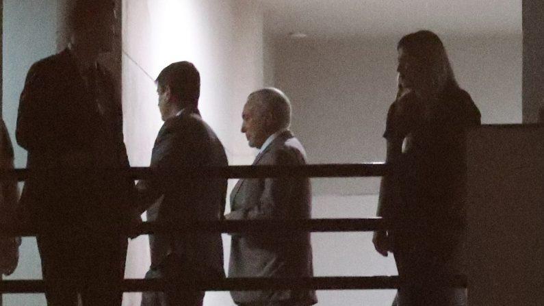 El expresidente brasileño Michel Temer (c) llega el 21 de marzo de 2019 a la sede de la Policía Federal de Río de Janeiro (Brasil). Temer, arrestado en el marco de la Operación Lava Jato, se convirtió en el segundo exmandatario de Brasil en ser detenido vinculado a la mayor operación contra la corrupción en la historia del país, tras Luiz Inácio Lula da Silva (2003-2010). EFE/Marcelo Sayao