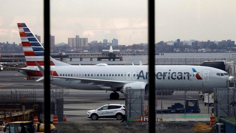 Un Boeing 737 Max 8 de American Airlines permanece estacionado en una puerta del aeropuerto La Guardia en Nueva York, Nueva York, EE. UU., el 13 de marzo de 2019. EFE/Archivo