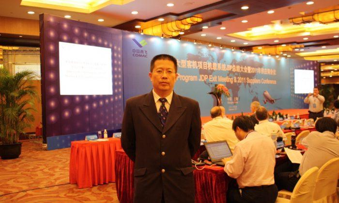 Charles Shi asistiendo a la Conferencia en 2011 de la Corporación de Aeronaves Comerciales de China (COMAC) en Shanghai, como Gerente de la Cadena de Suministro de Asia Oriental y Director del Programa C919 para Moog. (Cortesía de Charles Shi)