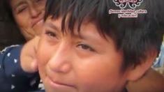 Cámaras registran alumno peruano haciendo tareas escolares bajo un poste de alumbrado público