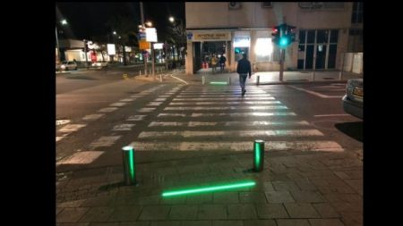 Tel Aviv instala luces en el suelo para proteger a los adictos a los móviles