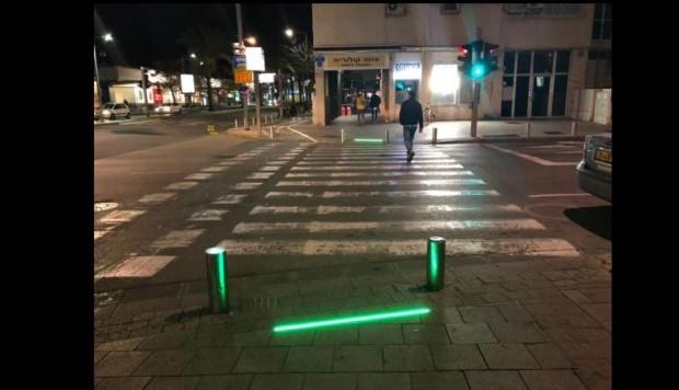Una foto tomada el 13 de marzo de 2019 muestra luces LED a nivel del suelo instaladas para advertir a los peatones que envían mensajes de texto antes de cruzar la carretera en la ciudad costera de Tel Aviv. (Foto de JACK GUEZ / AFP) (El crédito de la foto debe leer JACK GUEZ/AFP/Getty Images)