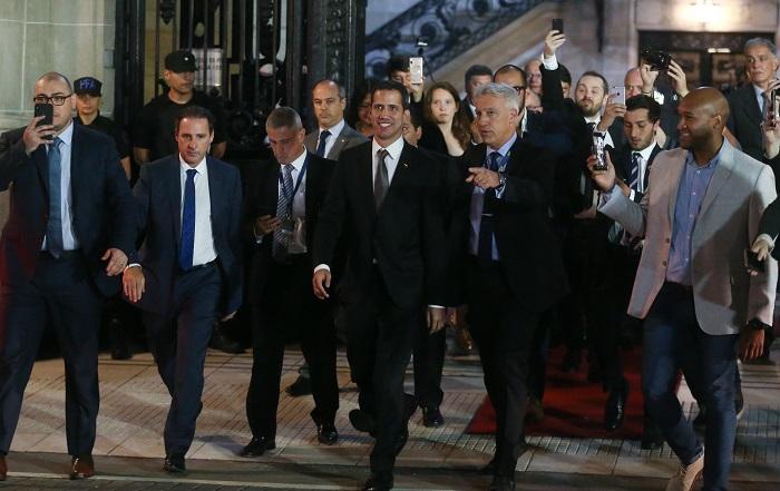 El jefe del Parlamento de Venezuela, Juan Guaidó (c), sale para saludar a venezolanos residentes en Argentina, este viernes en Buenos Aires (Argentina). EFE/Juan Ignacio Roncoroni