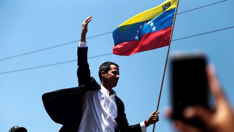 El presidente encargado venezolano, Juan Guaidó, saluda a su llegada en la salida del Aeropuerto Internacional de Maiquetía Simón Bolívar (Venezuela). EFE/Rafael Hernández