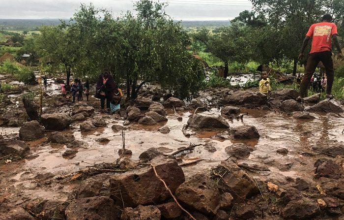 El ciclón Idai, que asola el suroeste de África, ha dejado cerca de dos centenares de muertos en Zimbabue, Mozambique y Malaui, según cifras publicadas el 17 de marzo de 2019 por las Naciones Unidas. EFE/ Andre Catueira
