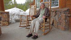 Con 100 años la 'reina del crochet' teje todo el día y vende su arte para donar el dinero al preescolar