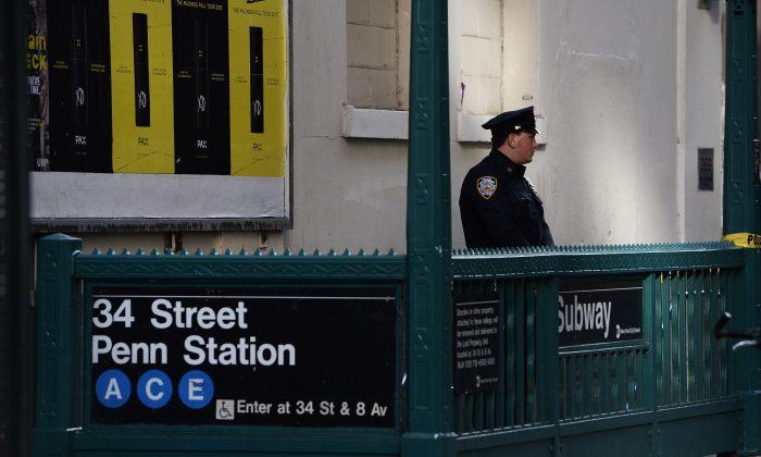ARCHIVO - Un oficial del Departamento de Policía de Nueva York (NYPD) asegura la entrada de la estación de metro 34 St. Penn Station después de un incidente de disparos en la ciudad de Nueva York el 9 de noviembre de 2015. (Samad Joyas/AFP/Getty Images)